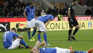Jugadores de Italia, tras ser derrotados por la Selección de Suecia