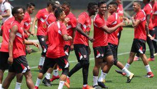 Jugadores de Perú entrenan para enfrentar a Nueva Zelanda