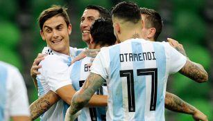 Futbolistas de Argentina se abrazan tras una anotación