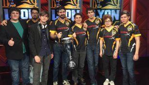 Al centro, Biblos y Thyak sostienen la Copa Latinoamérica Norte