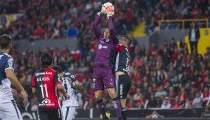 Hugo González ataja un disparo en el juego contra Atlas