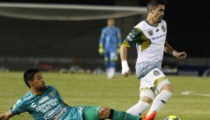 Pizarro (d) disputa un duelo de Copa MX