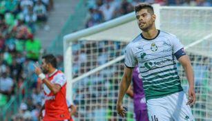 Néstor Araujo, durante un juego con Santos
