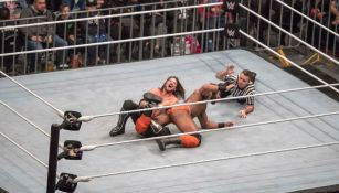 AJ Styles le aplica una llave a Jinder Mahal