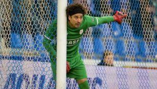 Guillermo Ochoa se prepra para defender su portería