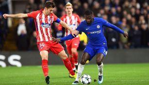 Gabi intenta recuperar el balón contra el Chelsea