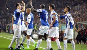 Jugadores del Porto celebran gol contra Mónaco