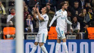 Lucas Vázquez (izq) festeja su agónico gol en Champions