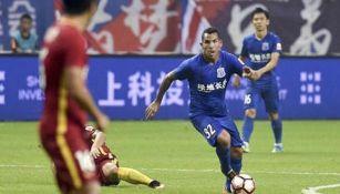 Carlos Tévez conduce balón en juego con el Shanghái Shenhua