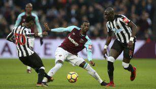 Obiang pelea por el balón frente al Newcastle