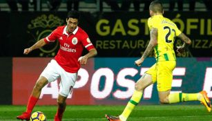 Jiménez controla el balón en un juego con Benfica