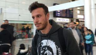 Ángelo Henríquez llega al aeropuerto de Guadalajara