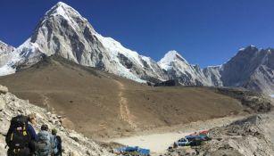 Expedicionistas escalan el Everest