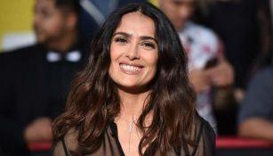 Salma Hayek sonríe para la cámara durante una alfombra roja