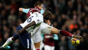 El Chicharito Hernández disputa el balón contra Tottenham