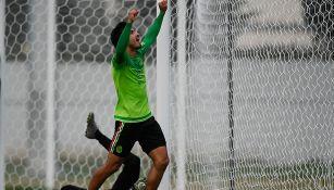 Oswaldo Alanís festeja un gol con Selección Nacional