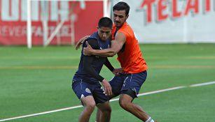 Alanis disputa balón en entrenamiento con Chivas