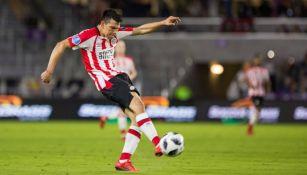 Hirving Lozano, a punto de rematar durante un juego con el PSV