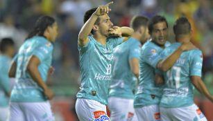 Fernando Navarro festeja con León