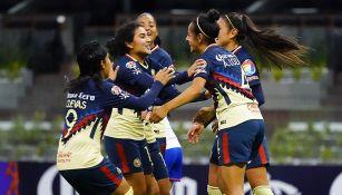 Jugadoras de América celebran uno de los siete goles en el Azteca