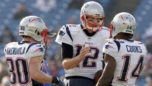 Tom Brady habla con sus compañeros Brandin Cooks y Danny Amendola