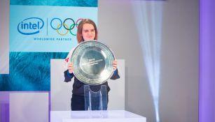 Scarlett sostiene el trofeo de campeona de PyeongChang 2018