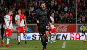 Ronaldo Cisneros celebra su primer gol con Chivas