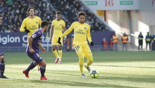 Neymar conduce el balón en el juego contra el Toulouse