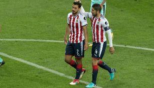 Pereira consuela a Alanís tras un gol de Santos