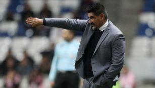 Ricardo Rayas da ordenes a sus pupilos en la Copa MX
