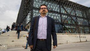 Castellanos, presidente de la U de G, posa afuera de la Femexfut