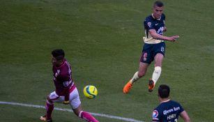 Momento exacto en el que Uribe dispara para su primer gol