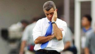 Javier Aguirre luce desánimo durante un juego
