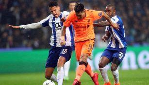 Diego Reyes disputa el balón con Roberto Firmino