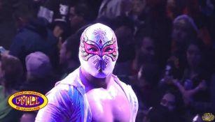 Carístico observa desde la tercer cuerda a los aficionados en la Arena México