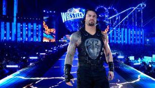 Roman Reigns camina en Wrestlemania 33 al ring