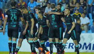 Jugadores de Santos celebran una anotación en el C2018