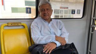 López Obrador compartió una foto en el transporte público