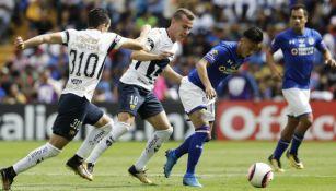 Abraham González y Martin Rodríguez disputan un balón