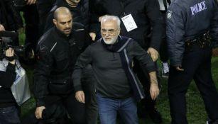 Savvidis, presidente del PAOK abandona la cancha escoltado