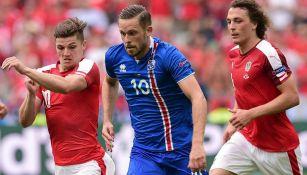 Sigursson lucha por el balón durante la Euro 2016
