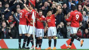Jugadores del United celebran una anotación en Old Trafford