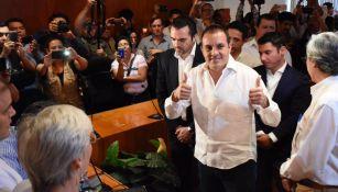 Blanco alza los pulgares como signo de saludo al registrarse como gobernador de Morelos