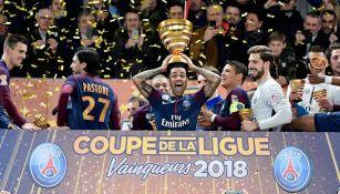 Dani Alves sostiene el trofeo de la Copa de la Liga Francesa