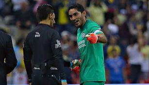 Corona le reclama al árbitro al finalizar el Clásico Joven