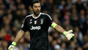 Gianluigi Buffon reclama jugada en el duelo contra Real Madrid