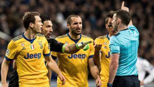Jugadores de Juventus reclaman penalti