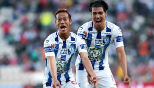 Keisuke Honda y Érick Aguirre festejan gol frente a Santos