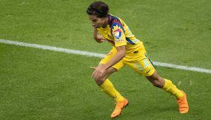 Diego Lainez controla el balón en el duelo contra Rayados