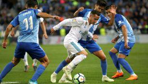 Lucas Vázquez intenta quitarse la marca de tres jugadores del Málaga